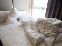 Odgórny widok zagniecenie unmade łóżkowy prześcieradło w sypialni aft Fotografia Royalty Free