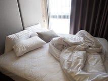 Odgórny widok zagniecenie unmade łóżkowy prześcieradło w sypialni aft Zdjęcie Royalty Free