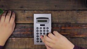 Odgórny widok Zakończenie, biznesmena działanie, liczy na kalkulatora lying on the beach na stole zbiory