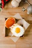Odgórny widok Zamyka w górę mini hamburgeru Wyśmienicie hamburger z jajkami, sałatą, serem, ketchupem i chlebem na drewnianym sma Zdjęcia Royalty Free