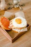 Odgórny widok Zamyka w górę mini hamburgeru Wyśmienicie hamburger z jajkami, sałatą, serem, ketchupem i chlebem na drewnianym sma Zdjęcie Stock