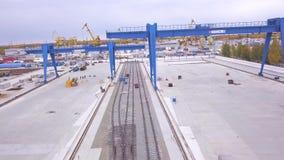 Odgórny widok zbiornik klamerka Odgórny widok kętnara żuraw Wielka logistyka transportu firma Transtainers wiszącej ozdoby kętnar zbiory wideo