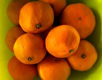 Odgórny widok, Zdrowe owoc, pomarańczowy owoc zielonego koloru tło zdjęcie royalty free