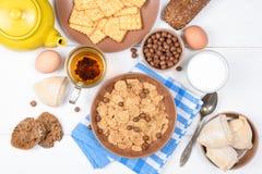 Odgórny widok zdrowy śniadaniowy owsa zboża granola w pucharze na białym drewnianym tle Fotografia Stock