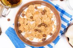Odgórny widok zdrowy śniadaniowy owsa zboża granola w pucharze na białym drewnianym tle Fotografia Royalty Free