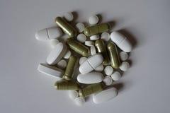 Odgórny widok zielone Moringa kapsuły, biali wapni caplets i witaminy K pastylki, zdjęcia royalty free