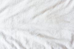 Odgórny widok zmarszczenia na nieporządnym białym łóżkowym prześcieradle w sypialni zdjęcia stock