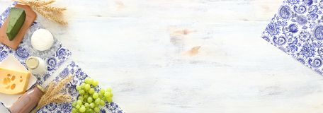 Odg?rnego widoku fotografia nabia?y nad bia?ym drewnianym t?em Symbole ?ydowski wakacje - Shavuot zdjęcie royalty free