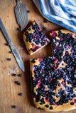 Odg?rnego widoku jagodowy wy?mienicie tort czarne jagody i truskawki zdjęcie stock