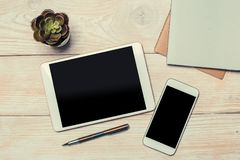Odg?rny widok bia?ej pastylki czerni pusty ekran dla reklama pokazu lub innego app projekta z smartphone obraz stock