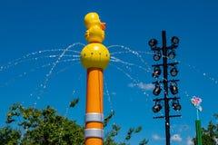 Odg?rny widok Gumowy Duckie Wodnych prac wodny przyci?ganie przy Seaworld w zawody mi?dzynarodowi przeja?d?ki terenie fotografia stock