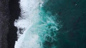 Odg?rny widok opustosza?a czarna powulkaniczna pla?a Wybrze?e wyspa Tenerife Powietrzny trutnia materia? filmowy morze macha doje zbiory wideo