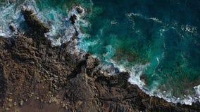 Odg?rny widok opustosza?y brzegowy Skalisty brzeg wyspa Tenerife Powietrzny trutnia materia? filmowy morze macha dojechanie brzeg zbiory