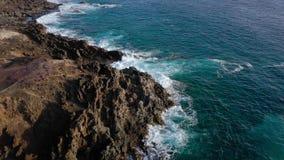 Odg?rny widok opustosza?y brzegowy Skalisty brzeg wyspa Tenerife Powietrzny trutnia materia? filmowy morze macha dojechanie brzeg zbiory wideo