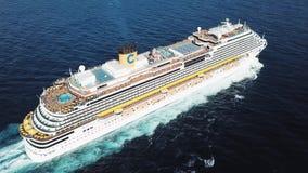 Odg?rny widok pi?kny bia?y statek wycieczkowy w Atlantyckim oceanie, luksusu wakacje zapas Antena dla pasa?erskiego liniowa zbiory wideo
