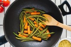 Odg?rny widok Piec warzywa na Sma?y niecce Fasolki Szparagowe i marchewki Zamykaj? W g?r? zdjęcie royalty free
