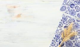 Odg?rny widok pszeniczne uprawy nad bia?ym drewnianym t?em Symbole ?ydowski wakacje - Shavuot obrazy royalty free