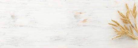 Odg?rny widok pszeniczne uprawy nad bia?ym drewnianym t?em Symbole ?ydowski wakacje - Shavuot zdjęcie stock