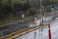 Odg?rny widok raindrop spada? na ziemi zdjęcie royalty free