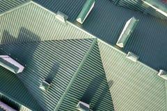 Odg?rny widok z lotu ptaka budynek zieleni gont taflowa? dach z powik?an? konfiguracji budow? Abstrakcjonistyczny t?o, geometrica obrazy stock