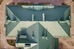 Odg?rny widok z lotu ptaka budynek zieleni gont taflowa? dach z powik?an? konfiguracji budow? Abstrakcjonistyczny t?o, geometrica fotografia royalty free