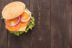 Odgórnego widoku bbq hamburger na drewnianym tle Zdjęcia Royalty Free