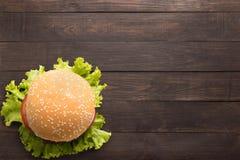Odgórnego widoku bbq hamburger na drewnianym tle Obraz Stock
