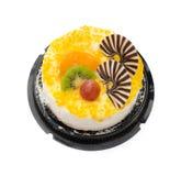 Odgórnego widoku yummy tort na bielu z gronowym pomarańczowym kiwifruit i czekoladą na wierzchołku Zdjęcia Stock