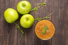 Odgórnego widoku zieleni jabłek smoothie na drewnianym tle Zdjęcie Royalty Free