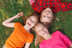 Odgórny widok dzieci kłama na trawie Zdjęcie Royalty Free