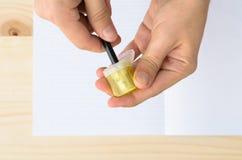 Odgórny widok man& x27; s wręcza ostrzenie ołówek Fotografia Stock