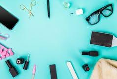 Odgórny widok manicure i pedicure'u wyposażenie na błękitnym tle Zdjęcie Royalty Free