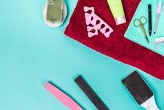 Odgórny widok manicure i pedicure'u wyposażenie na błękitnym tle Fotografia Stock
