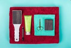 Odgórny widok manicure i pedicure'u wyposażenie na błękitnym tle Zdjęcia Royalty Free