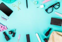 Odgórny widok manicure i pedicure'u wyposażenie na błękitnym tle Zdjęcia Stock