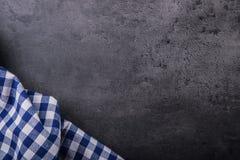Odgórny widok w kratkę kuchenny tablecloth na granicie kamienny tło - beton - Bezpłatna przestrzeń dla twój produktów lub teksta Fotografia Royalty Free