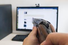 Odio del computer e delle tecnologie moderne e del aming una caccia o dello sport della pistola a canna liscia classica fotografie stock libere da diritti
