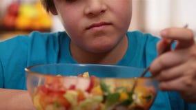 Odio del muchacho para comer la ensalada de las verduras - primer almacen de video