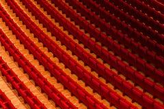 Oditorium vazio com assentos vermelhos do cinema ou do teatro, cadeiras Fotografia de Stock Royalty Free
