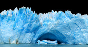 Odizolowywać na czerń błękitny góra lodowa. obrazy stock
