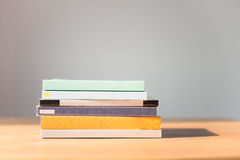 odizolowywać nad stołem czarny tło książki Żadny etykietki, pusty kręgosłup Obraz Stock