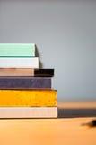 odizolowywać nad stołem czarny tło książki Żadny etykietki, pusty kręgosłup Zdjęcie Royalty Free