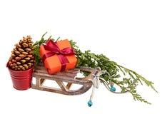 Odizolowywał bożenarodzeniowa dekoracja prezenta pudełko, drewniany sanie, metalu wiadro (,) Zdjęcia Royalty Free
