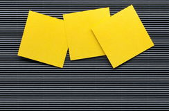 Odizolowywa Żółtego nutowych papierów prześcieradło Fotografia Royalty Free