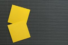Odizolowywa Żółtego nutowych papierów prześcieradło Zdjęcie Stock