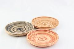 Odizolowywa drewnianych małych naczynia z zawijasa wzoru miejscem na białych półdupkach Obraz Royalty Free