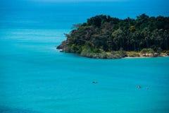 Odizolowywa wyspę w błękitnym oceanie Zdjęcia Royalty Free