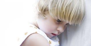 odizolowywająca błękitny przyglądająca się dziewczyna fotografia royalty free