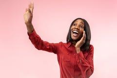 Odizolowywający na różowej młodej przypadkowej afro kobiecie krzyczy przy studiiem obraz royalty free