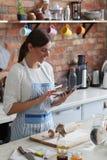 odizolowywający nad białą kobietą backgroung kucharstwo zdjęcia royalty free